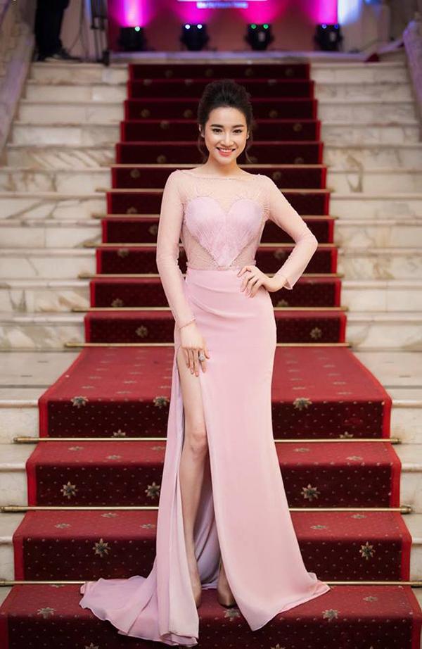 Đầu mùa hè, mỹ nhân Việt mê váy xẻ cao bất tận - 7