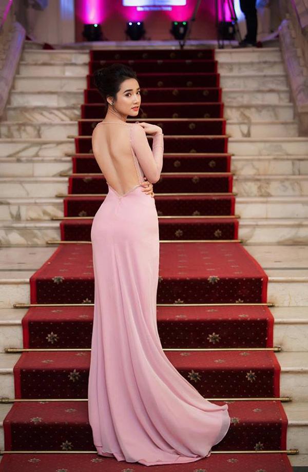 Đầu mùa hè, mỹ nhân Việt mê váy xẻ cao bất tận - 8