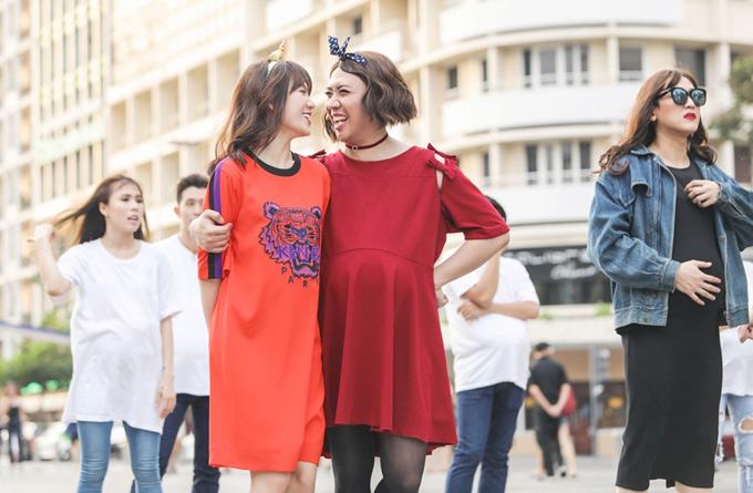Vợ chồng Trấn Thành - Hari Won cười tít mắt khi ngắm nhau trong tạo hình lạ lẫm.