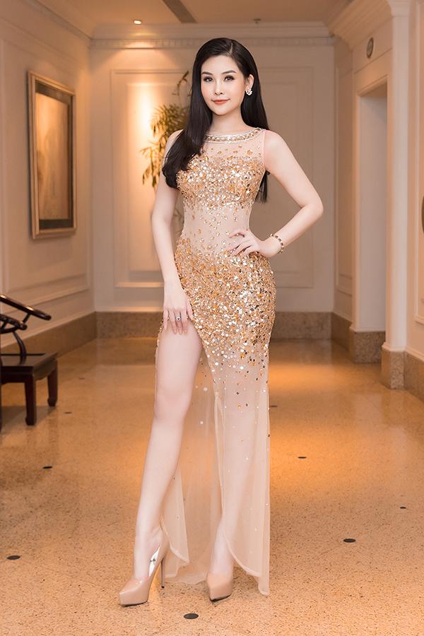 Đầu mùa hè, mỹ nhân Việt mê váy xẻ cao bất tận - 10