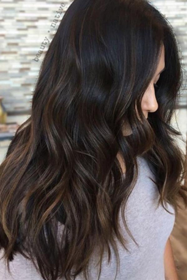 Màu nâu đậm phẩy light vàngTrên nền tóc nâu đậm, những lọn light vàng ẩn hiện mang đến vẻ bí ẩn quyến rũ.