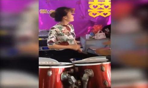 Nữ nhạc công chơi trống điêu luyện trong đám cưới