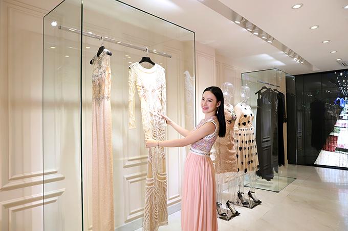 Angela Phương Trinh thích thú các mẫu váy dạ hội được đính kết kỳ công trưng bày tại showroom của Công Trí.
