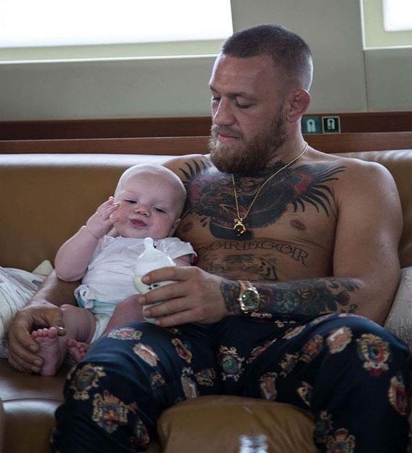 Cậu nhóc Conor Jack McGregor Jr. được bố chăm sóc.