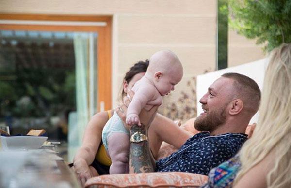McGregor quan hệ tình cảm với bạn gái Dee Devlin từ năm 2008 nhưng anh mới có đứa con đầu lòngConor Jack McGregor Jr. sinh tháng 5/2017.