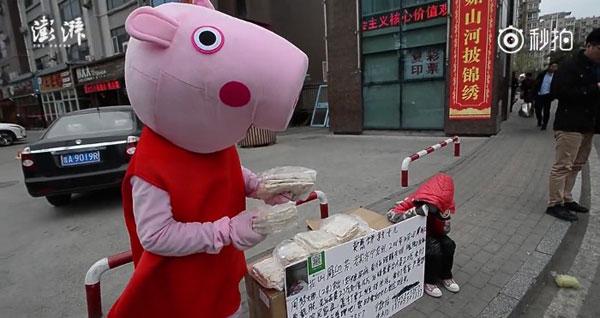 Ông bố mặc như heo Peppa Pig để quyên góp tiền chữa bệnh cho con gái