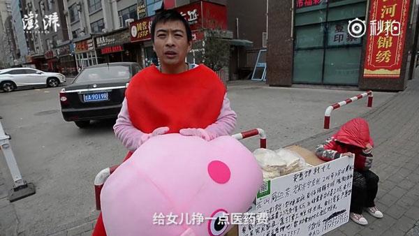 Ông bố mặc như heo Peppa Pig để quyên góp tiền chữa bệnh cho con gái - 1