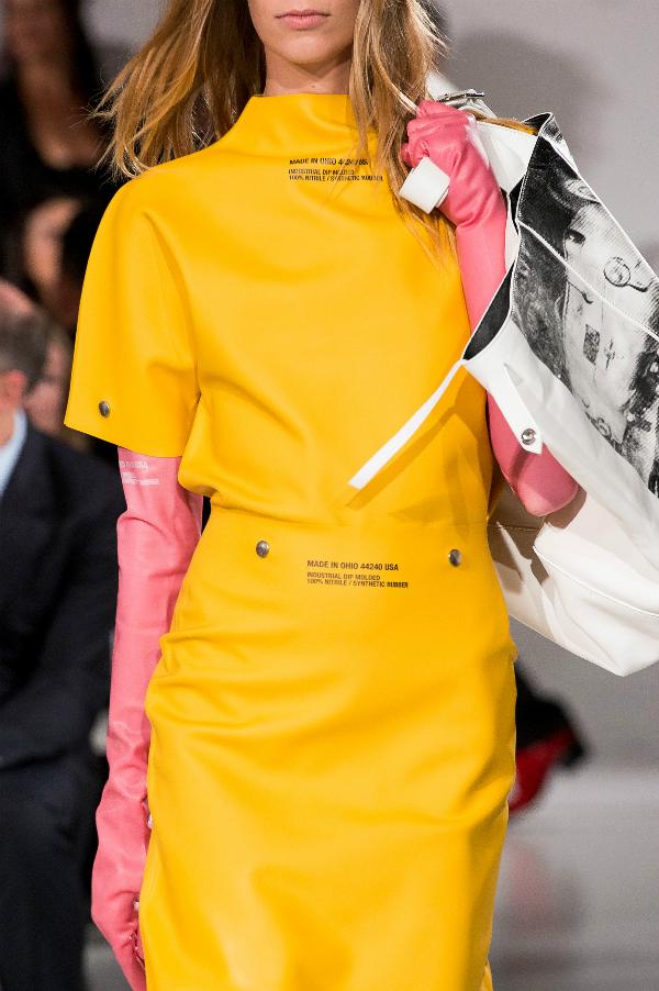 Mẫu găng tay có giá 390 USD do Calvin Klein thiết kế.