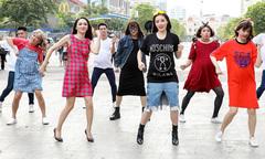 Dàn sao hot bế 'bụng bầu' nhảy múa trên phố đi bộ Nguyễn Huệ
