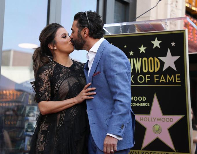 Ông xã Jose Baston hôn chúc mừng Eva.