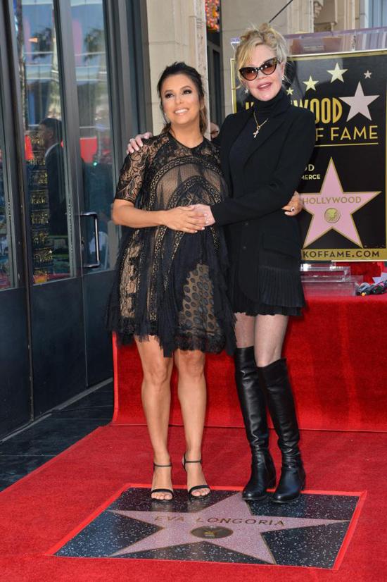 Minh tinh Melanie Griffith tới chúc mừng nữ diễn viên.