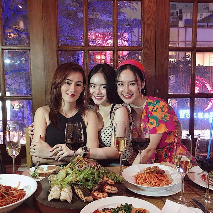 Angela Phương Trinh tổ chức tiệc sinh nhật ấm cúng cho mẹ. Người xem dành nhiều lời khen tặng cho nhan sắc của ba mẹ con người đẹp.