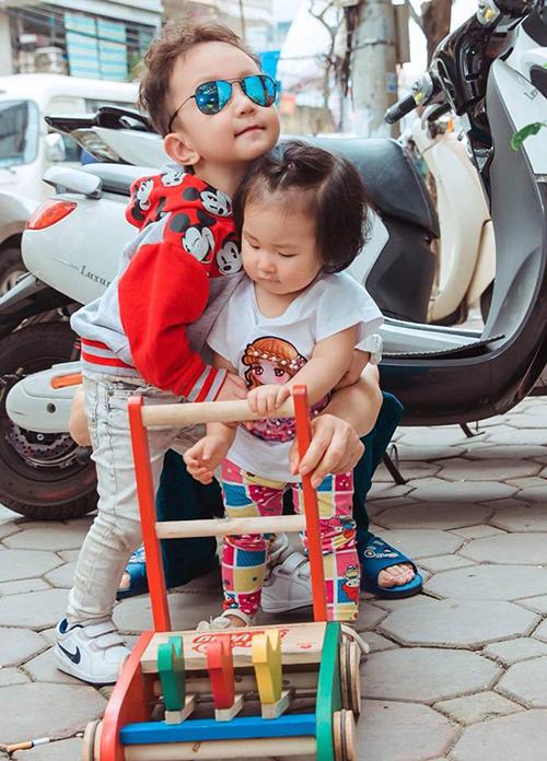 Bé Su Hào nhà Tuấn Hưng ra dáng làm anh, ôm lấy em gái Son đầy tình cảm.