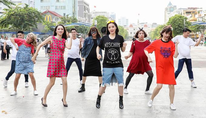 Các nghệ sĩ nhảy múa tưng bừng trong khi ca sĩ Ali Hoàng Dương và Hoàng Yến Chibi hát ca khúc Khi đàn ông mang bầu.