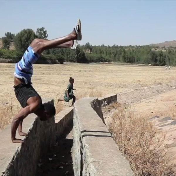 Một trong những pha mạo hiểm mà Dirar thường làm cho trẻ con trong làng xem.Ảnh:BBC.