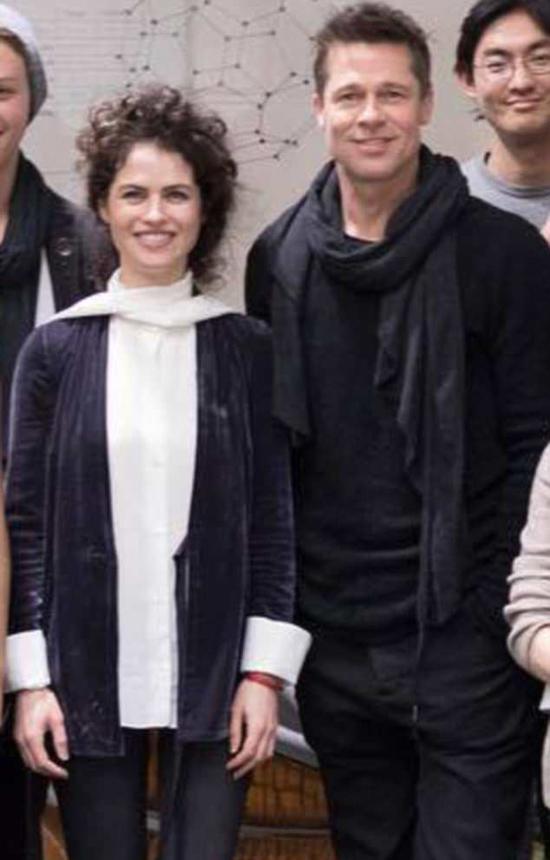 Theo Us Weekly, Neri và Brad Pitt quen nhau từ mùa thu năm ngoái sau khi gặp gỡ tại MIT. Vẻ đẹp và sự thông minh xuất chúng của nữ giáo sư đã khiến tài tử 54 tuổi rung động. Theo nguồn tin, Brad đã hẹn hò Neri vài tháng nay và thậm chí anh còn qua đêm ở nhà cô nhiều lần.