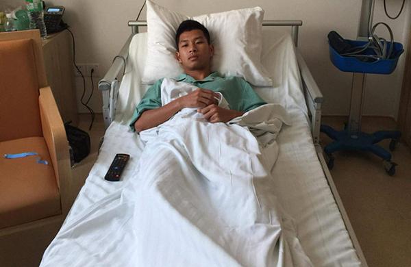 Tiền vệ Phạm Trùm Tỉnh phải nhập viện ngay sau pha phạm lỗi của Nguyễn Hải Huy. Ảnh: TN.