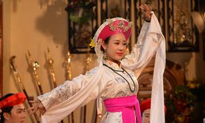 Việt Hoàn động viên vợ ra mắt MV 'Chiều phủ Tây Hồ' phiên bản hầu đồng