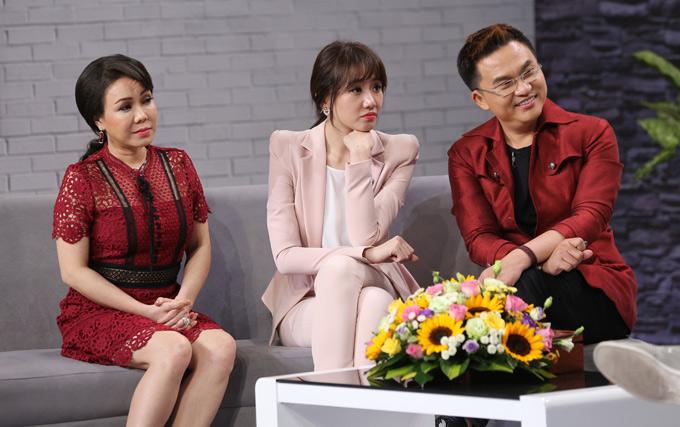 Nghệ sĩ Việt Hương, Hari Won và MC Đại Nghĩa chăm chú nghe chuyện tình yêu của hai cặp đôi nổi tiếng. Chương trình Là vợ phải thế phát sóng vào 21h30 thứ ba, ngày 17/4 trên Đài truyền hình TP HCM.