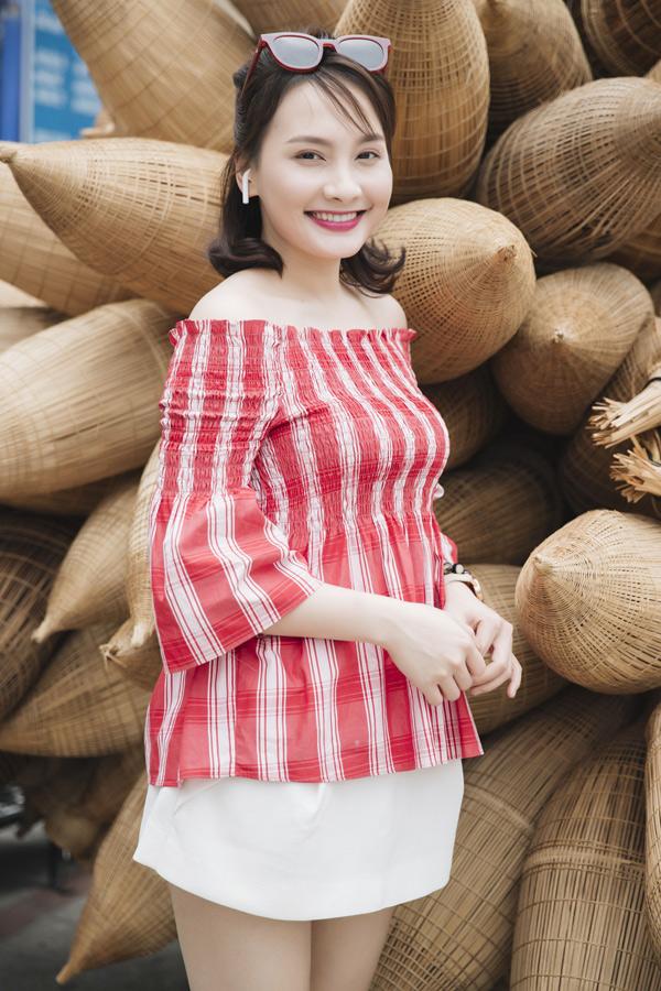 Bảo Thanh khoe vai trần, da trắng khi diện váy ngắn, áo trễ vai đi sự kiện. Cô cùng dàn diễn viên, lãnh đạo Nhà hát Tuổi trẻ có buổi gặp gỡ báo chí tại TP HCM, công bố các hoạt động và định hướng sắp tới của Nhà hát.