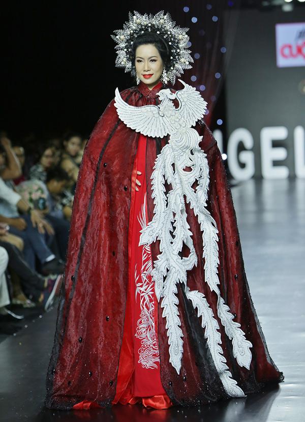Trịnh Kim Chi hồi hộp khi trở lại sàn diễn sau nhiều năm vắng bóng. Chị cho biết nhận lời làm người mẫu trong chương trình Phong cách và cuộc sống vì nhớ nghề và thích sưu tập áo dài Mặt trời của Minh Châu.