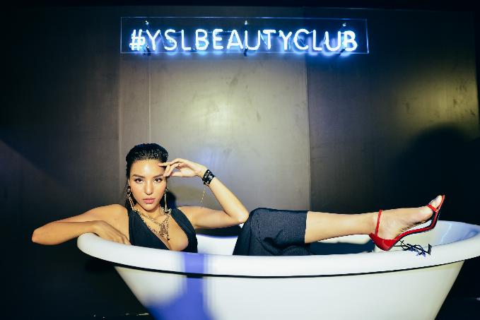 Mỗi khách mời đều tận hưởng sức quyến rũ khó cưỡng từ YSL Beauty Club thấm sâu vào tận da thịt. Hình: Á Hậu Hoa hậu Siêu Quốc gia Khả Trang