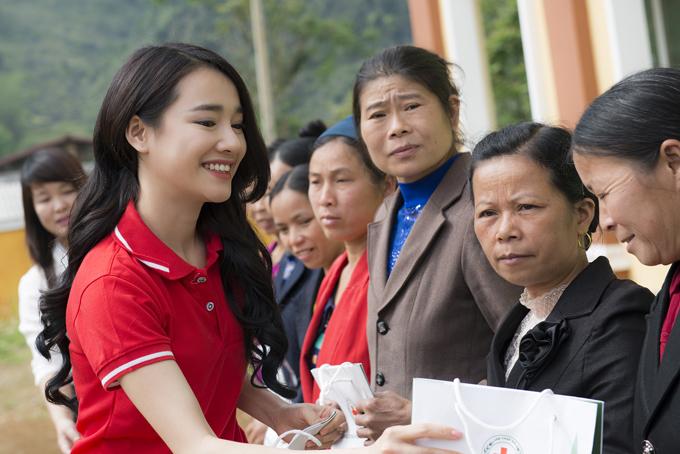 Người đẹp tham dự buổi lễ ký kết Chương trình phối hợp thực hiện các hoạt động xã hội, nhân đạo giai đoạn 2018 - 2022 và ra mắt Đại sứ chương trình nhắn tin Đồng hành cùng phụ nữ biên cương.