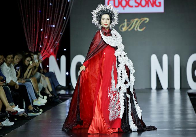 Á hậu diện áo dài họa tiết chim phượng, đội mấn làm bằng gỗ chạm trổ cầu kỳ, trình diễn tự tin.