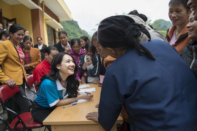 Nhã Phương cho biết đây là lần đầu tiên cô đến Phong Nặm, Cao Bằng và từ những gì được nhìn thấy, cô mới phần nào hiểu được những khó khăn của phụ nữ vùng biên cương.