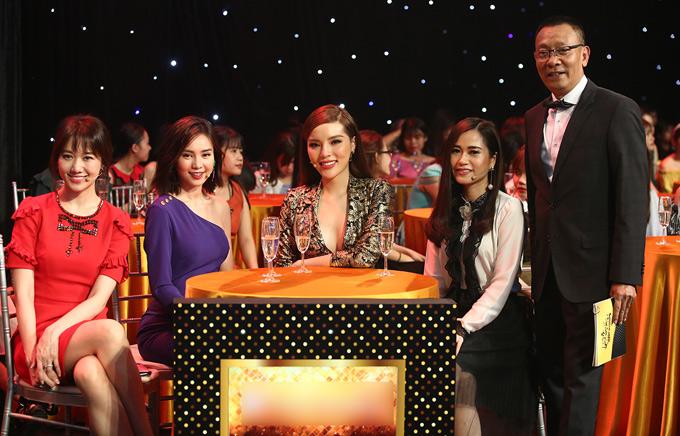 Hoa hậu thích diện những bộ cánh xẻ ngực sâu và luôn giữ thần thái tươi tắn, rạng ngời khi thấy ống kính hướng đến mình. 4 nghệ sĩ nữ sẽ cùng 200 cô gái tham gia tìm kiếm chàng trai đạt chuẩn vừa tài năng vừa đẹp traibậc nhất tại Việt Nam.