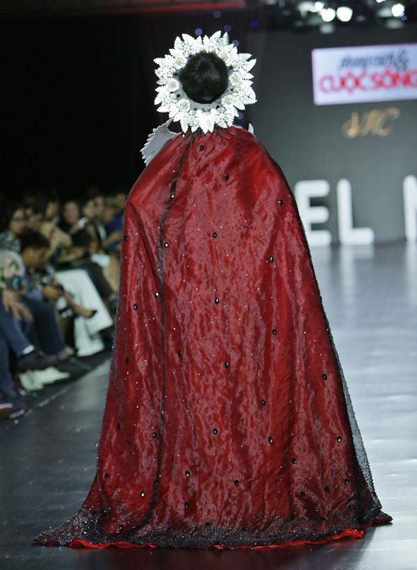 Tác giả bộ cánh này tiết lộ đã đính 2.000 viên đá quý, ngọc trai và pha lê lên trang phục để tôn lên vẻ lộng lẫy, quyền lực cho người mặc.