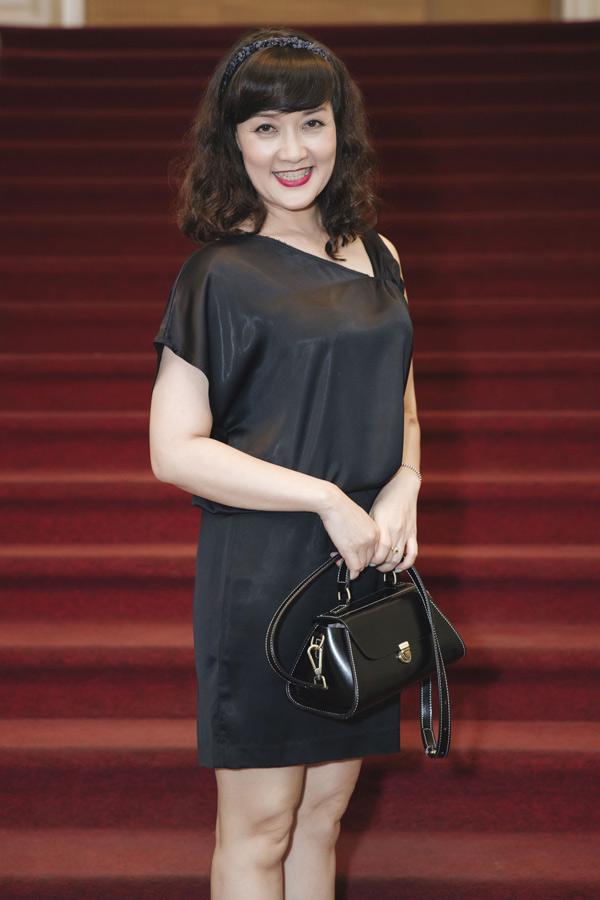 Nghệ sĩ Vân Dung mặc cây đen, thần thái trẻ trung, rạng ngời trước ống kính.