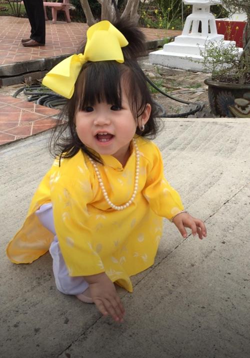 Bên cạnh váy, áo hiện đại; chị Trâm còn sưu tập cho con các trang phục truyền thốngnhư áo dài,hanbok,kimono...