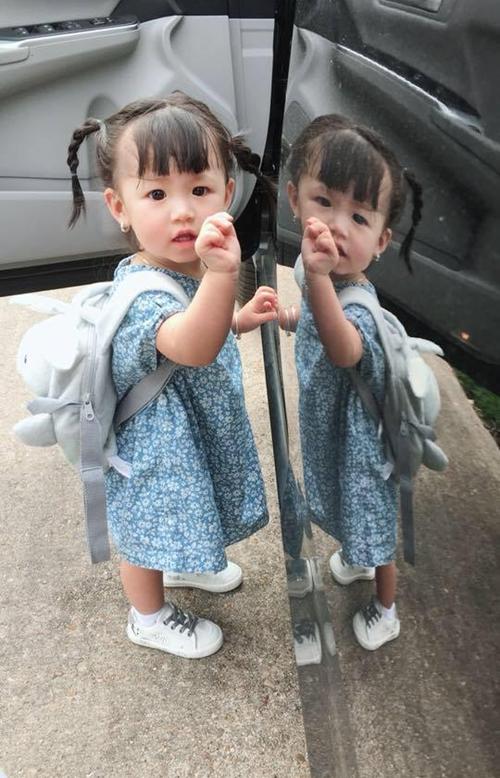 Chị Trâm tâm sự, chị yêu nhất khoảnh khắc con gái mặc váy hoa đầy nữ tính. Anna rất thích mặc đẹp và hào hứng tạo dáng cho mẹ chụp ảnh mỗi lần lên đồ.