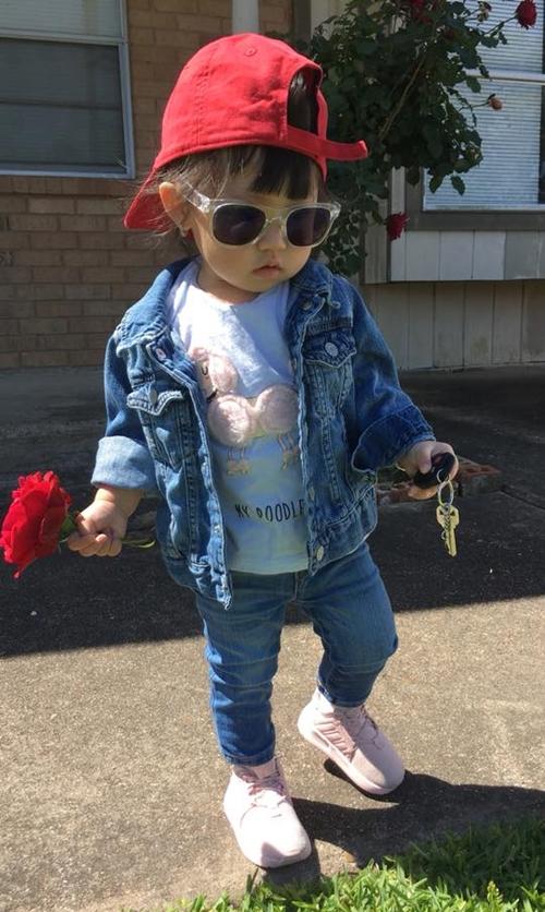 Anna rất thích thú khi được khen sành điệu như người mẫu. Thỉnh thoảng bé đòi tự chọn trang phục trước khi ra đường.