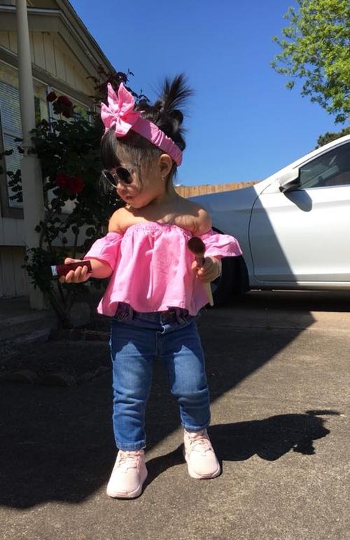 Mới một tuổi nhưng bé Anna, sống tại Mỹ, được mẹ đặc biệt chăm chút chuyện ăn mặc. Chị Phan Trâm, mẹ Anna, không tiếc tiền sắm quần áo hàng hiệu cho con. Hồi nhỏ tôi rất điệu, thích ăn diện nhưng không có điều kiện nên sau này muốn dành những điều tốt nhất cho Anna, chị Trâm tâm sự.