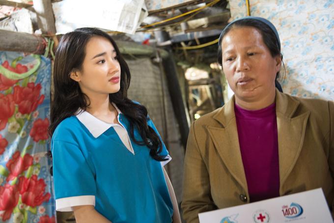 Nữ diễn viên chăm chú lắng nghe những chia sẻ của một người phụ nữ.