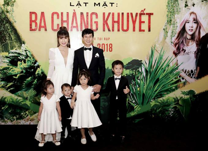 Gia đình Lý Hải - Minh Hà mặc ton-sur-ton hai màu đen - trắng chụp ảnh kỷ niệm tại sự kiện tối 17/4.