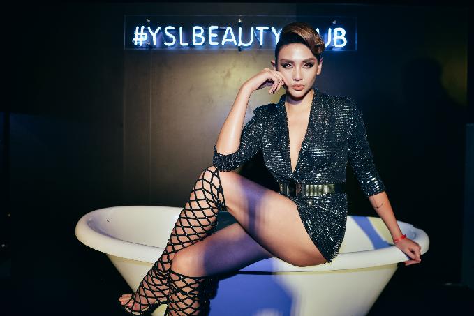 Siêu mẫu Hoàng Yến cực tự tin thể hiện đúng tinh thần cuộc chơi của YSL Beauty bỏ qua mọi quy tắc để biến vẻ đẹp thành một phong cách sống riêng, tôn vinh cuộc sống tự do & phóng khoáng.