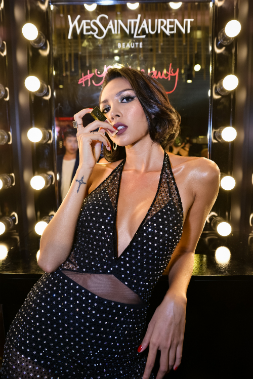 300 khách mời là những người nổi tiếng, các fashionista đình đám của làng thời trang Việt cùng giới trẻ Sài thành hoang dại, đắm chìm vào sự cuốn hút từ buổi tiệc đẳng cấp, cá tính, thời thượng YSL Beauty Club. Bầu không khí phóng khoáng, đầy nổi loạn tại #yslbeautyclub dường như đã làm thỏa cơn khát của toàn bộ các khách mời và giới mộ điệu thời trang có mặt tại cuộc vui.Siêu mẫu Minh Triệu phá cách độc đáo trong bữa tiệc của thương hiệu đến từ kinh đô thời trang Paris hoa lệ. Từng phút giây thấm đẫm, lan tỏa trên mọi góc cạnh, bao trùm lên cả ánh sáng và bóng tối, rạo rực sự tự do, tỏa sáng là chính mình.