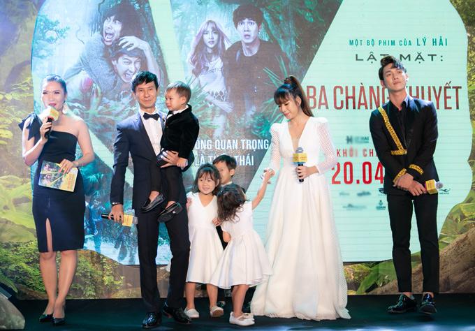 Lý Hải vừa bế con út vừa giao lưu với khán giả trong khi vợ anh cố gắng giữ 3 bé còn lại trật tự trên sân khấu.