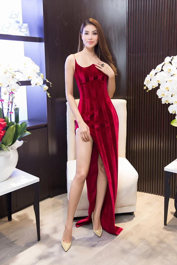 Hoa hậu Phạm Hương mới về nước sau một tuần đi du lịch ở Indonesia. Cô mặc bộ đầm của nhà thiết kế Đỗ Long.