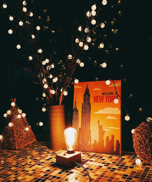 Hay tạo góc thưởng tràvới ánh đèn vàng lung linh...