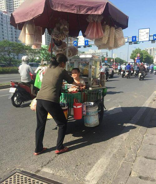 Hình ảnh mẹ chở con trên chiếc xe hàng rong mưu sinh trên phố Sài Gòn đang nhận được nhiều lượt chia sẻ từ cộng đồng.