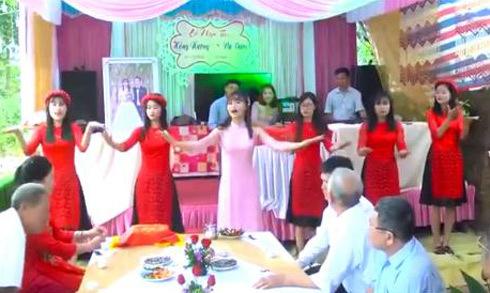 Cô dâu cùng hội bạn thân nhảy múa nhạc thiếu nhi trong đám cưới