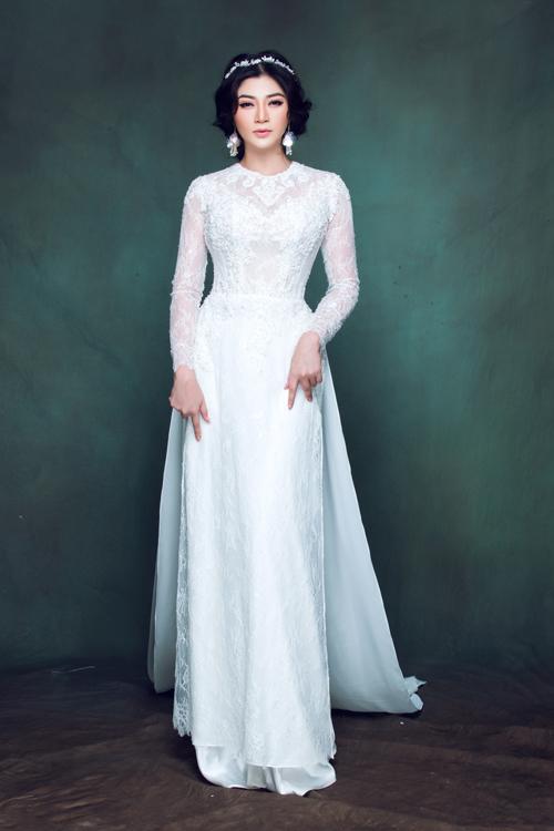 Bên cạnh đó, cô dâu có thể chọn mẫu áo dài ren trắng có tà sau dài để xây dựng cho mình một hình ảnh trang nhã, thanh lịch. Đây cũng là màu sắc được các cô dâu ở mọi thời đại yêu thích.