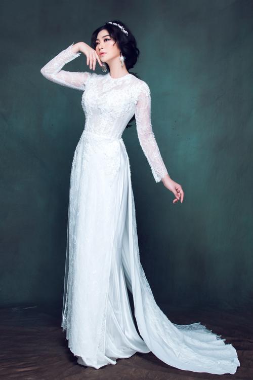 Mặc dù sử dụng ren chỉ dày dặn để may phần thân áo nhưng cách phối layer 4 tà đã giúp cho dáng áo giữ được nét mềm mại, điệu đà.