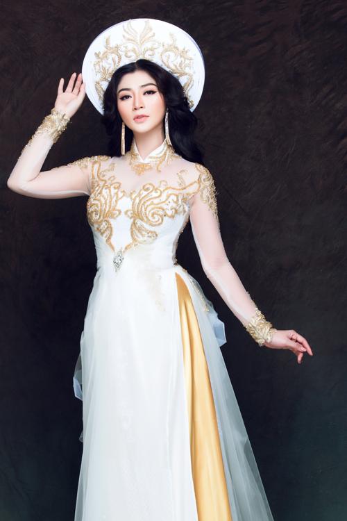 Hoa văn thêu nổi trên chất liệu vải xuyến thấu cho thấy sự tinh tế, tỉ mỉ của mẫu áo này.