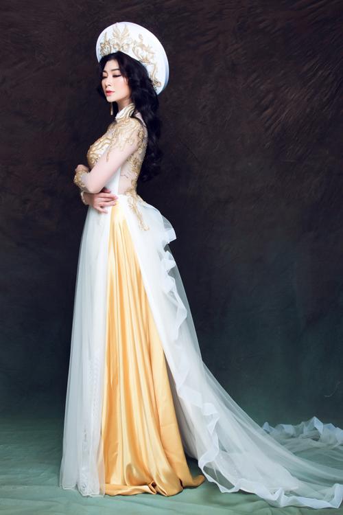 Mẫu áo có thêm một phần tà phụ phía sau bằng vải lưới viền voan uốn lượn như những đợt sóng. Mỗi bước đi của cô dâu trong chiếc áo này sẽ trở nên mềm mại, thướt tha hơn.