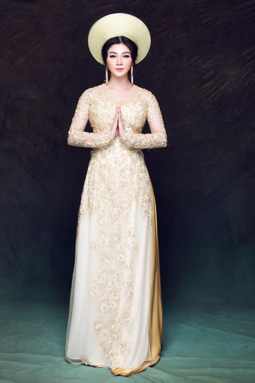 Vẫn với cảm hứng như trên nhưng nếu hôn lễ của bạn diễn ra trong một không gian nhỏ hoặc bạn phải di chuyển nhiều, hãy còn mẫu áo dài 4 tà thêu hoa 3D.
